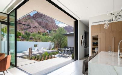 A 90-degree, open corner configuration of multi-slide doors completely blurs the boundaries between the interior and the exterior and provides unobstructed views.